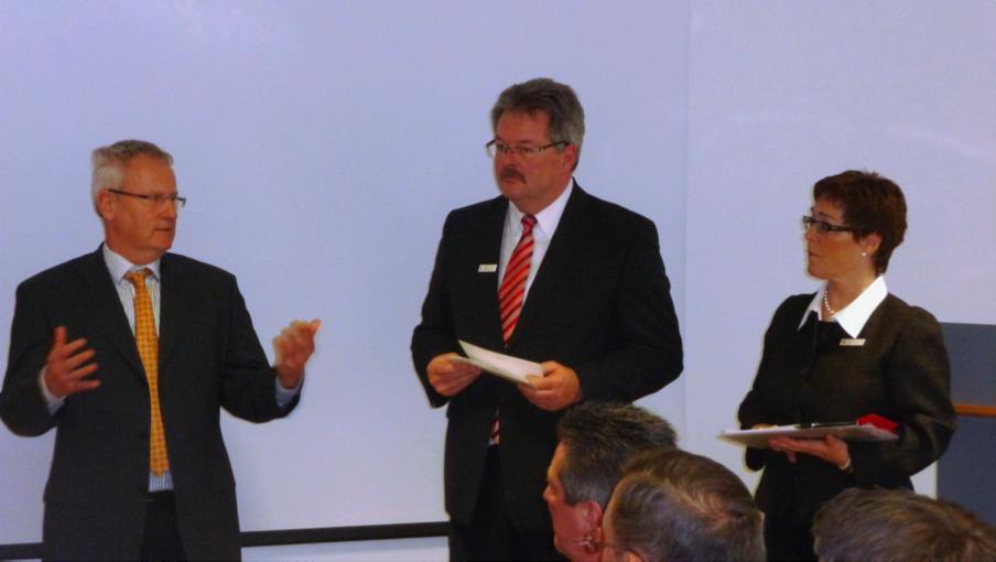 Das Bild zeigt Herrn Böhme, Vorsitzender unseres Fördervereins, links im Bild, mit Herrn Buschmann, Vorsitzender der Sparkasse Hilden-Ratingen-Velbert, und Frau Sauer, ebenfalls von der Sparkasse, bei der Übergabe der Spende.