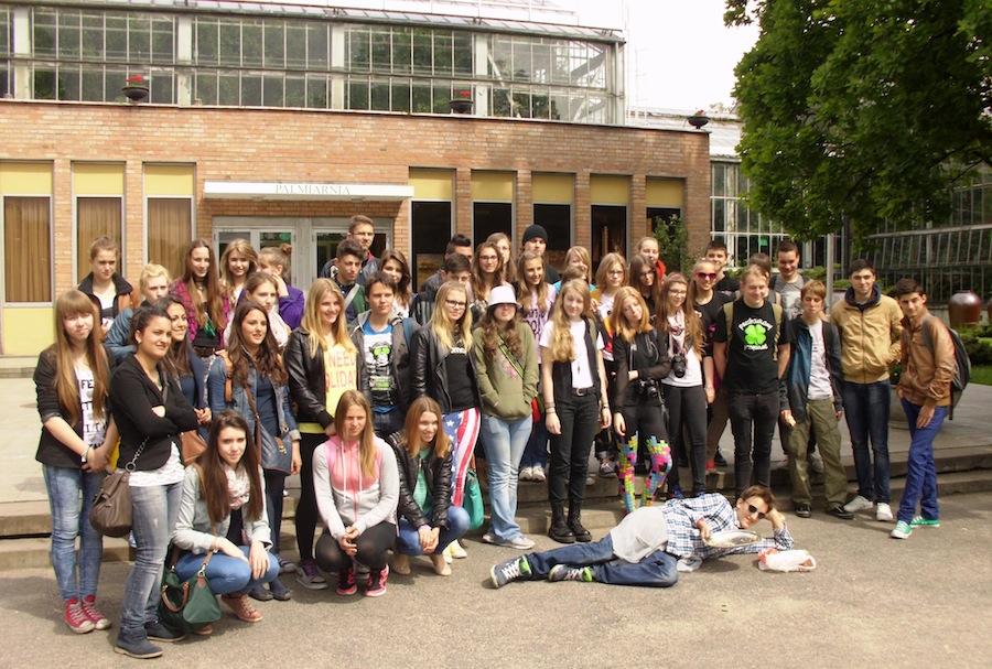 Comenius-Schüler vor dem Palmenhaus in Poznan