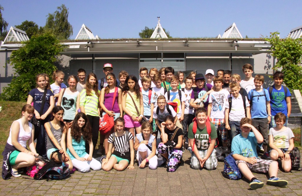 Lateinschüler vor dem Römermuseum in Haltern