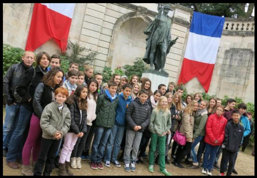 Les élèves allemands de Velbert (ici, avec leurs petits camarades châtelleraudais) ont participé à leur premier 11 Novembre.